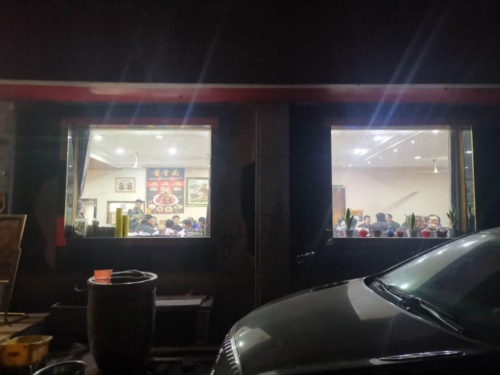 你见过坐落在偏僻的郊区巷底,深夜还人潮穿流的乡村饭店吗?